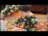 Παιδάκι τα παίρνει γιατί του κάνανε δώρο βιβλία για τα Χριστούγεννα
