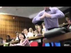 Πλάκα με τον σούπερμαν στην αίθουσα διδασκαλίας