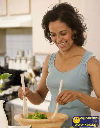 Γυναίκες τρώνε σαλάτα και γελάνε μόνες τους (8)