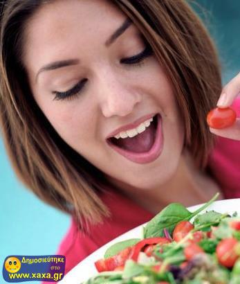 Γυναίκες τρώνε σαλάτα και γελάνε μόνες τους (7)