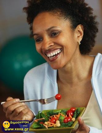 Γυναίκες τρώνε σαλάτα και γελάνε μόνες τους (6)