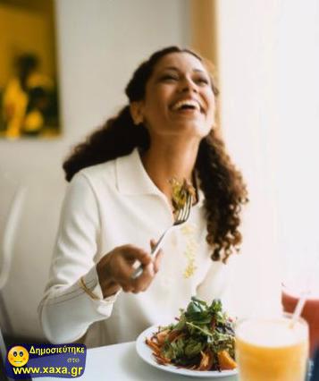 Γυναίκες τρώνε σαλάτα και γελάνε μόνες τους (4)