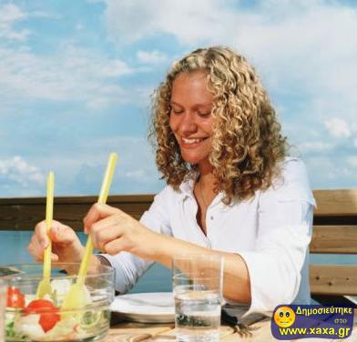 Γυναίκες τρώνε σαλάτα και γελάνε μόνες τους (3)