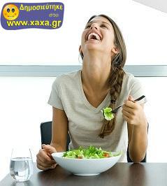 Γυναίκες τρώνε σαλάτα και γελάνε μόνες τους (2)