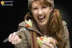 Γυναίκες γελάνε μόνες τους τρώγοντας σαλάτα