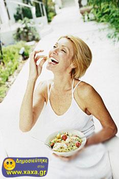 Γυναίκες τρώνε σαλάτα και γελάνε μόνες τους (16)