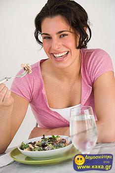 Γυναίκες τρώνε σαλάτα και γελάνε μόνες τους (15)