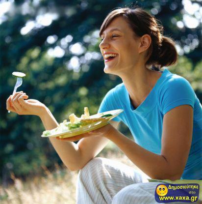 Γυναίκες τρώνε σαλάτα και γελάνε μόνες τους (14)