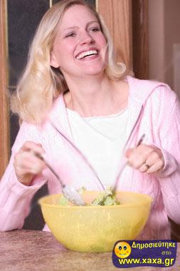 Γυναίκες τρώνε σαλάτα και γελάνε μόνες τους (13)