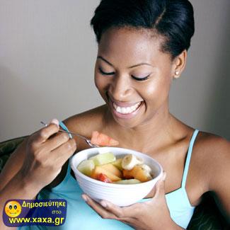 Γυναίκες τρώνε σαλάτα και γελάνε μόνες τους (10)