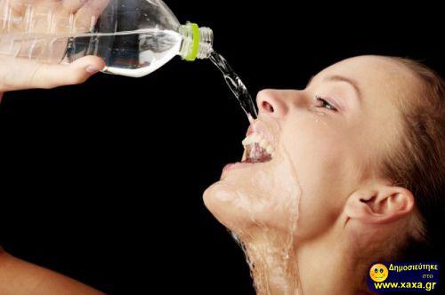 Γυναίκες ανίκανες να πιούν από το μπουκάλι το νερό (2)