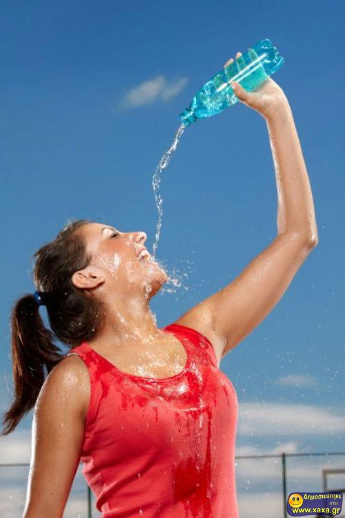 Γυναίκες ανίκανες να πιούν από το μπουκάλι το νερό (4)