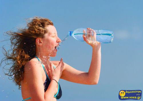 Γυναίκες ανίκανες να πιούν από το μπουκάλι το νερό (10)