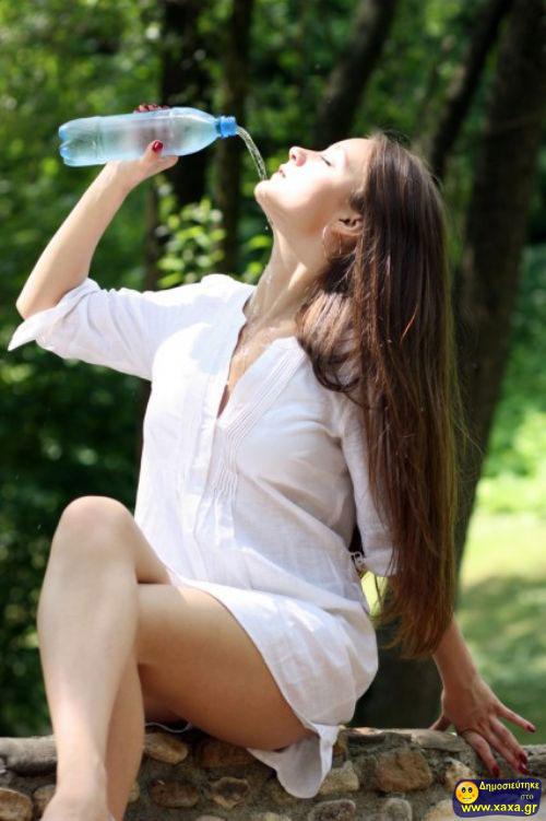 Γυναίκες ανίκανες να πιούν από το μπουκάλι το νερό (11)