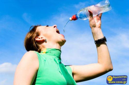 Γυναίκες ανίκανες να πιούν από το μπουκάλι το νερό (12)