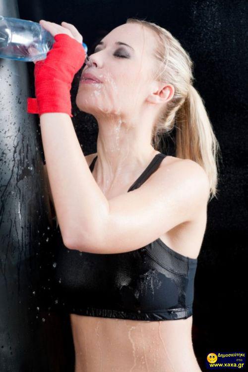 Γυναίκες ανίκανες να πιούν από το μπουκάλι το νερό (16)